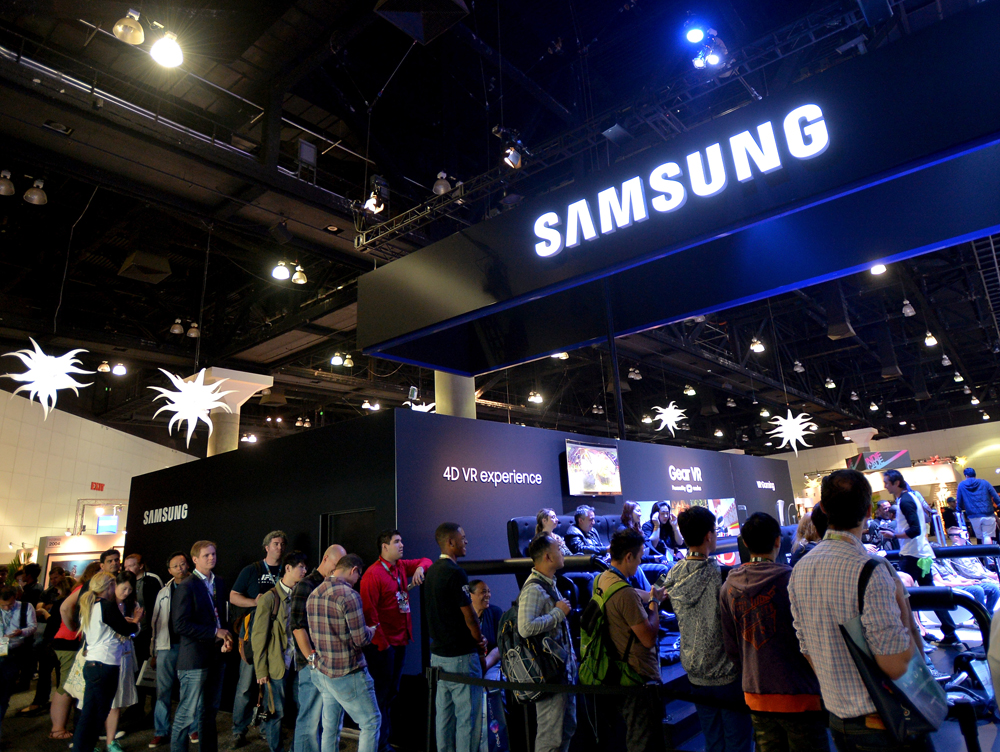 LOS ANGELES, CA - JUNE 14: E3 attendees experience Samsung Gear VR at the Samsung booth at E3 Expo 2016 on June 14, 2016 in Los Angeles, California. (Photo by Charley Gallay/Getty Images for Samsung)